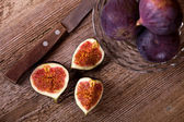 Fresh figs and old knife — Stock Photo