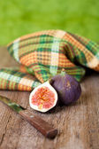 Fresh figs, old knife and chequered towel — Stock Photo
