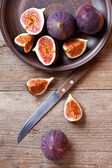 Plate with fresh figs and old knife — Stock Photo