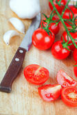 Tomates frescos, alho e faca velha — Foto Stock