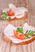 Pão com presunto fatiado, tomate fresco e salsa — Foto Stock