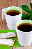 Dos tazas de té y galletas con queso crema — Foto de Stock