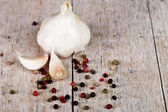 Fresh garlic and peppercorns — Stock Photo