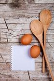 Vejce, lžíce a prázdný papír — Stock fotografie