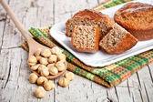 Verse broodjes hazelnoten gesneden in lepel — Stockfoto