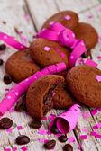 свежий шоколад печенье, кофе в зернах, розовыми лентами и конфетти — Стоковое фото