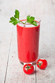 Tomatensap in glas en verse tomaten — Stockfoto