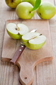 Fresh green sliced apples and knife — Stok fotoğraf