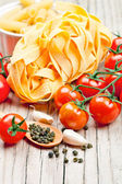 Uncooked pasta with tomatoes and spices — Stockfoto
