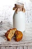 Bottle of milk and fresh baked bread  — Zdjęcie stockowe