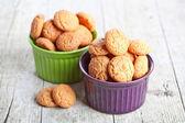 Maräng mandel cookies i skålar — Stockfoto