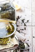 Xícara de chá verde e limão — Fotografia Stock