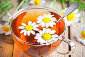 Cup of tea with chamomile flowers  — Stockfoto