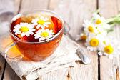 Tasse de thé avec des fleurs de camomille — Photo