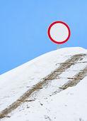 Dangerous line, abrupt hill, snow — Stock Photo