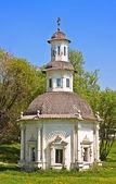 Capilla de la pjatnitsky bien en sergiev posad, una de las ciudades de anillo dorado de rusia — Foto de Stock