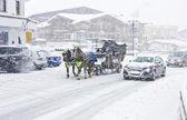 Coppia di cavalli e un veicolo su un'autostrada, nevicata, kirhberg, austria, tirolo — Foto Stock