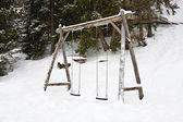 Trä swing på vintern i bergen — Stockfoto
