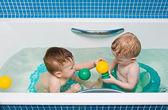 一岁双胞胎玩一个浴室 — 图库照片