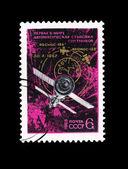Carte postale imprimée dans l'urss montre première automatique assemblage des satellites — Photo