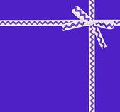 Eflatun bir süsleme ile beyaz kurdele ile kart — Stok fotoğraf
