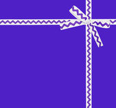 Tarjeta con cinta blanca con un ornamento lila — Foto de Stock
