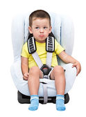 Niño se sienta en la silla para niños de un automóvil — Foto de Stock