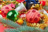 Stillleben mit weihnachten dekoration kugeln auf rotem grund — Stockfoto