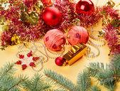 Nya året dekorationer stilla liv på gyllene bakgrund — Stockfoto