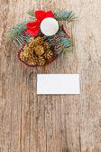 Vánoční složení na dřevo s prázdnou bílou kartu — Stock fotografie