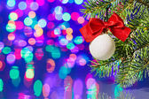 Weihnachtsbaum Dekoration Ball mit Fichte Zweig auf Bokeh backg — Stockfoto