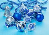Weihnachten dekorationen spielsachen auf hellblauen hintergrund — Stockfoto