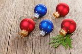 木制背景与绿色侧柏分支上圣诞球 — 图库照片