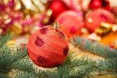 Rote dekoration ball mit fichte zweig verschwommen weihnachten bac — Stockfoto