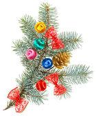 Barevné vánoční koule, luky a kužel na smrkové větve, je — Stock fotografie