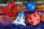 Weihnachten bunten flitter mit dekoration spielzeug drauf — Stockfoto