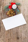 Composición de navidad en la madera con la tarjeta blanca vacía — Foto de Stock