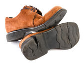Oude gebroken schoenen met gebarsten sole, geïsoleerd op wit — Stockfoto