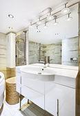 Umýt stánku s zrcadlo v interiéru moderní bílý koupelna — Stock fotografie