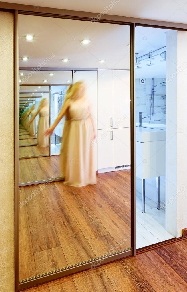 Garde robe miroir dans l 39 int rieur de la salle moderne for Reflet dans le miroir