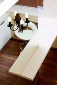 墙镜和酒吧桌上顶视图,内部细节 — 图库照片