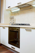 现代厨房内部与燃气灶的一部分 — 图库照片