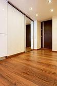 Interior de corredor de estilo minimalista moderno com portas deslizantes mirr — Foto Stock
