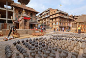 BHAKTAPUR, NEPAL - APRIL 5: Bhaktapur pottery market square on A — Stock Photo
