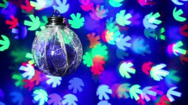 New Year decorations ball on blinking snowflake shaped bokeh background — Stock Video