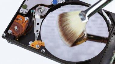 Festplatte (hdd) reinigung mit pinsel besen, closeup — Stockvideo