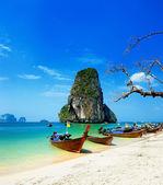 Spiaggia Thailandia. bellissimo paesaggio tropicale con barca, blu e — Foto Stock
