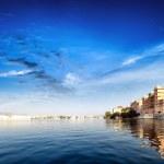 Pichola lake in India Udaipur Rajasthan. Maharajah palace and Ta — Stock Photo #28784355