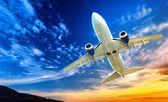 Airplane transportation. Jet air plane flies in blue sky — Stock Photo