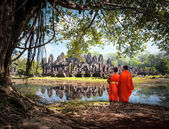 Two Angkor Wat monks near ancient Buddhist temple — Stock Photo